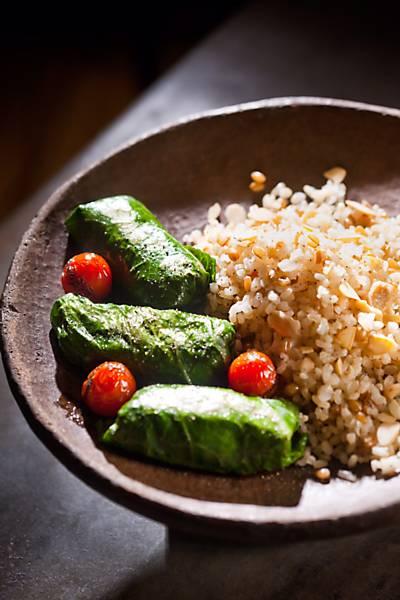 Trouxinhas de couve recheadas com bolonhesa de soja e abobrinhas laminadas da chef vegana Daniella Duarte