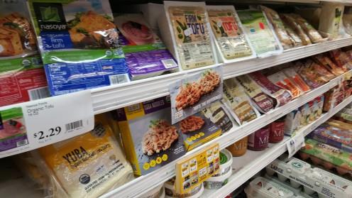 Seção de tofu, tempeh e outras proteínas vegetais do Lifethyme