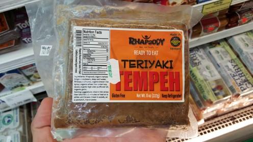 """Tempeh é uma espécie de """"primo"""" indonésio do tofu, que tem a soja (não moída) fermentada como ingrediente básico; é um pouco azedo, mas bem temperado é uma ótima alternativa à carne"""