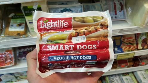 Salsichas para cachorro-quente da Lightlife na seção de embutidos do Lifethyme