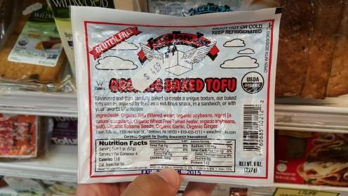 Tofu assado e temperado vendido na seção de embutidos do Lifethyme