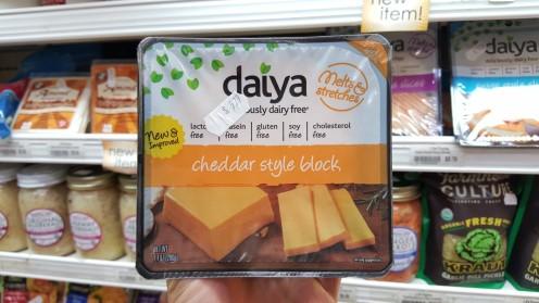 Um dos queijos veganos processados na seção de laticínios e alternativas do mercadinho Lifethyme