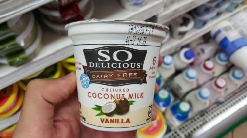 A seção de iogurtes, mesmo de mercados tradicionais nos EUA, tem diversas opções vegetarianas, como essa, feita de leite de coco