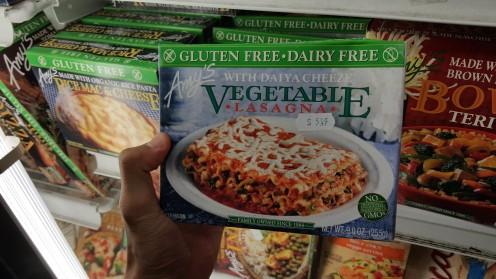Diversos dos congelados, como essa lasanha, são veganos