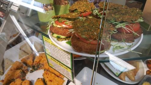 Hambúrguer vegano e outros pratos servidos pelo Lifethyme, em Nova York