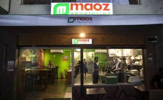 Unidade da rede internacional Maoz de comida vegetariana (e seus falafel, bolinhos de grão de bico) na r. Augusta, Bela Vista (centro)